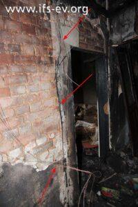 In der Brandwohnung hängen Elektroleitungen von der Decke.