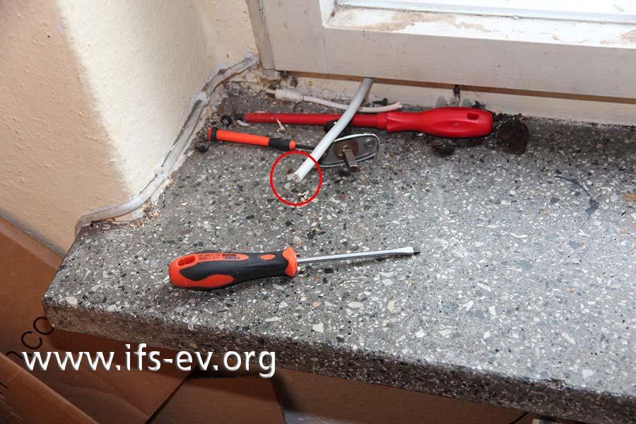 Die Leitung verläuft durch den Fensterrahmen in die Erdgeschosswohnung, wurde dort aber durchtrennt.