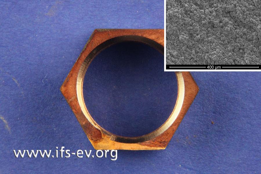 Blick auf die gereinigte Bruchfläche und eine REM-Aufnahme der Bruchstrukturen (kleines Bild)