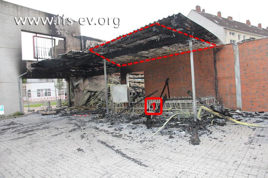 Über dem Sammelplatz für die Einkaufswagen (1) gibt es einen Brandschwerpunkt am Vordach (Markierung).