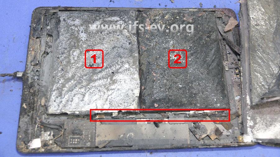 Das Display wurde entfernt. Darunter sind die beiden Pouchzellen (1 + 2) verbaut, die mit dem Battery Management System verlötet sind (Rechteck).