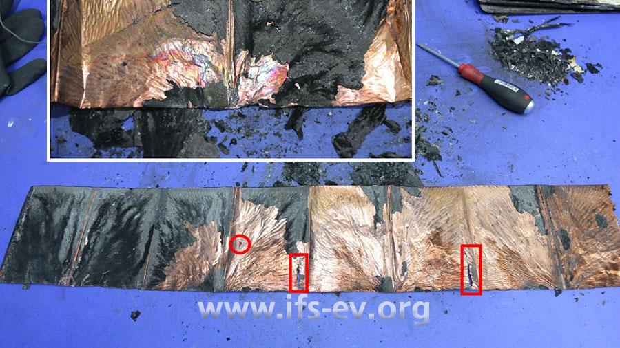 Eine der Akkuzellen wird ausgebreitet und zeigt Merkmale des thermischen Durchgehens: In der Folie sind Risse und Löcher zu sehen, und es gibt starke Verfärbungen (kleines Bild).