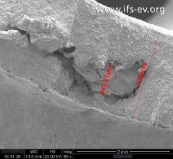 In der mikroskopischen Aufnahme zeigen sich sogenannte Lunker. Diese Hohlräume im Werkstoff schränken die Belastbarkeit ein und können zum Bruch führen.