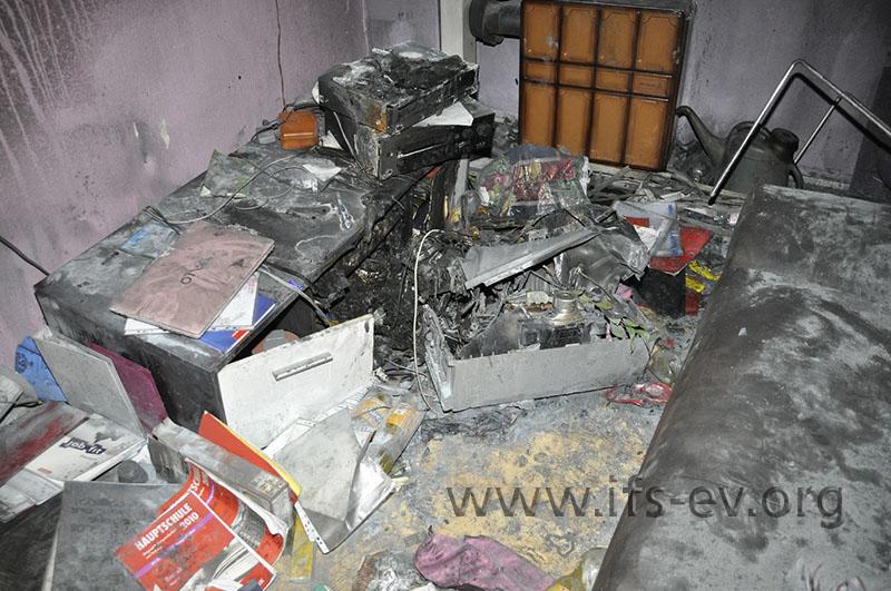 Der Fernseher hatte neben dem CD- und dem DVD-Player gestanden und ist vornüber vom Schrank gekippt.