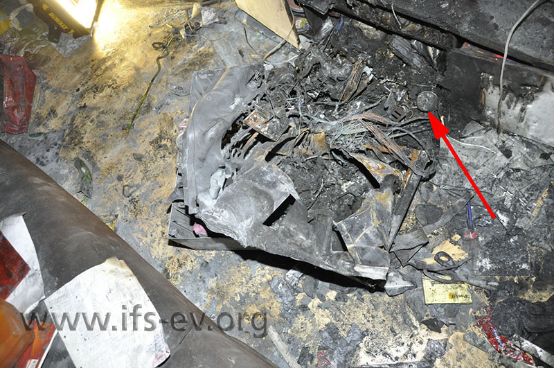 Ein Teelichtbecher in den Resten des TV-Gerätes