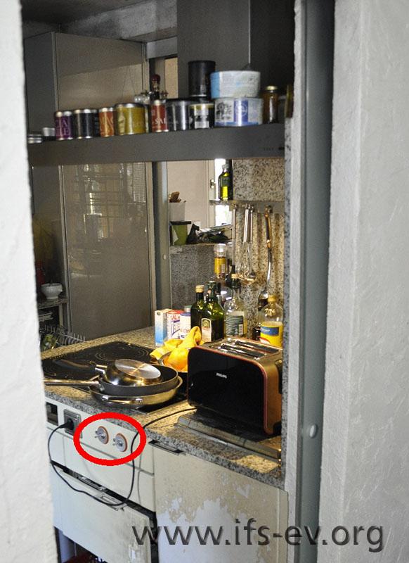 Der Toaster wurde durch einen neuen ersetzt, der hier ebenfalls auf der Abdeckung des Grills steht.