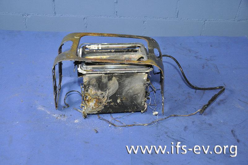 Die Reste des verbrannten Toasters