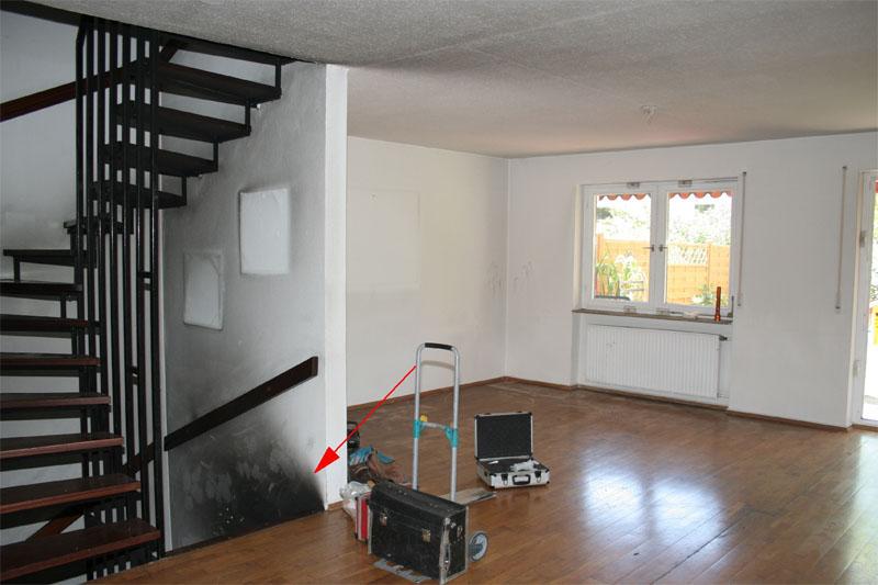 Ruß und Rauchgasablagerungen am Treppenabgang zum Keller