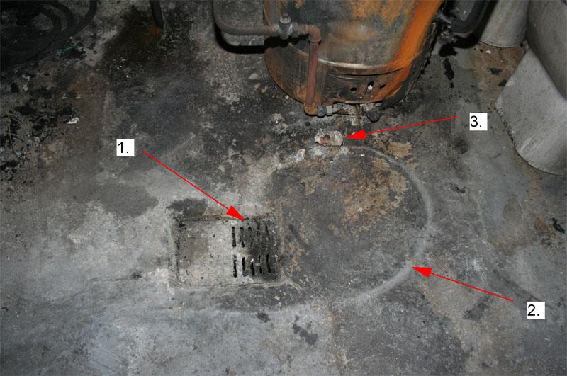 Direkt vor dem Speicher befindet sich ein Bodenablauf (1).