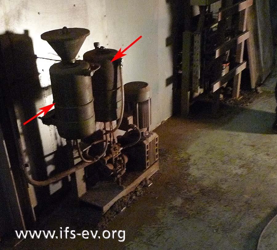 Die beiden Vorratsbehälter für die Schmierung der Kettenförderer sind leer.