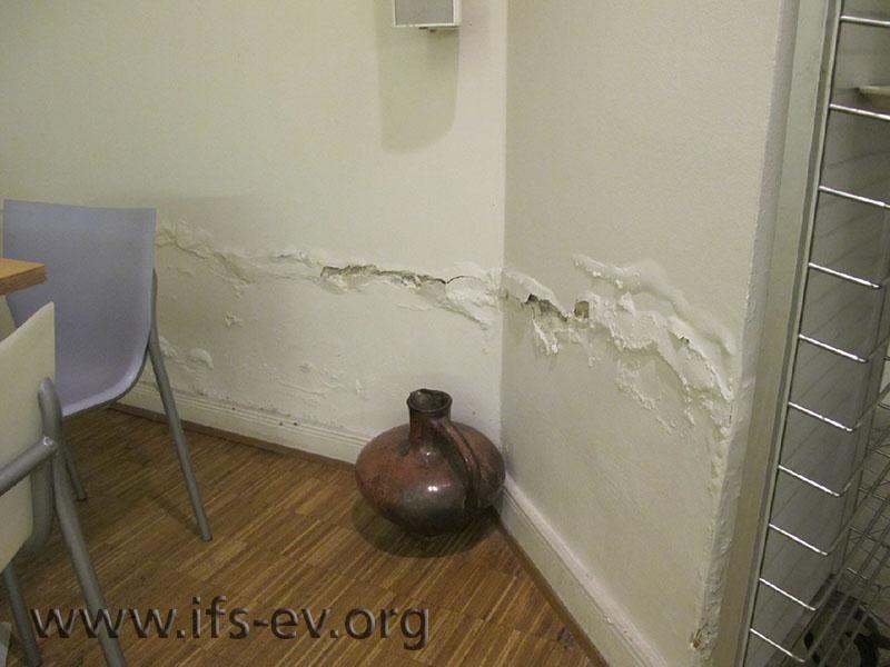 Starke Salzausblühungen an den massiven Wänden