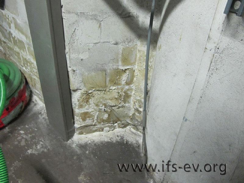 Verfärbungen des unteren Wandbereiches in einem Technikraum