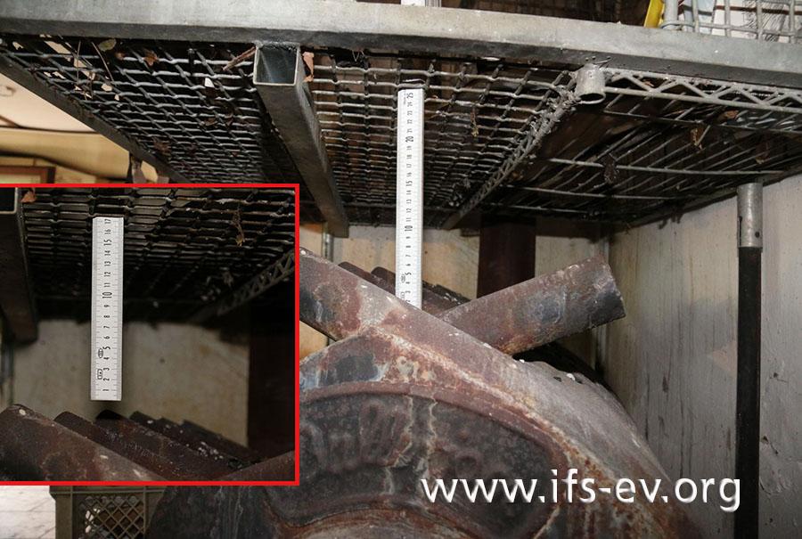 Der Abstand vom Gitter zum Grundkörper des Ofens beträgt 25 cm, zu den Öffnungen der Warmluftrohre nur 17 cm.
