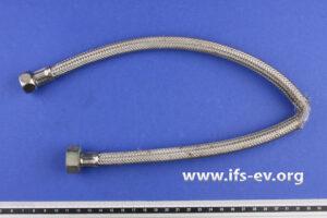 Der flexible Schlauch wird im IFS-Labor untersucht.