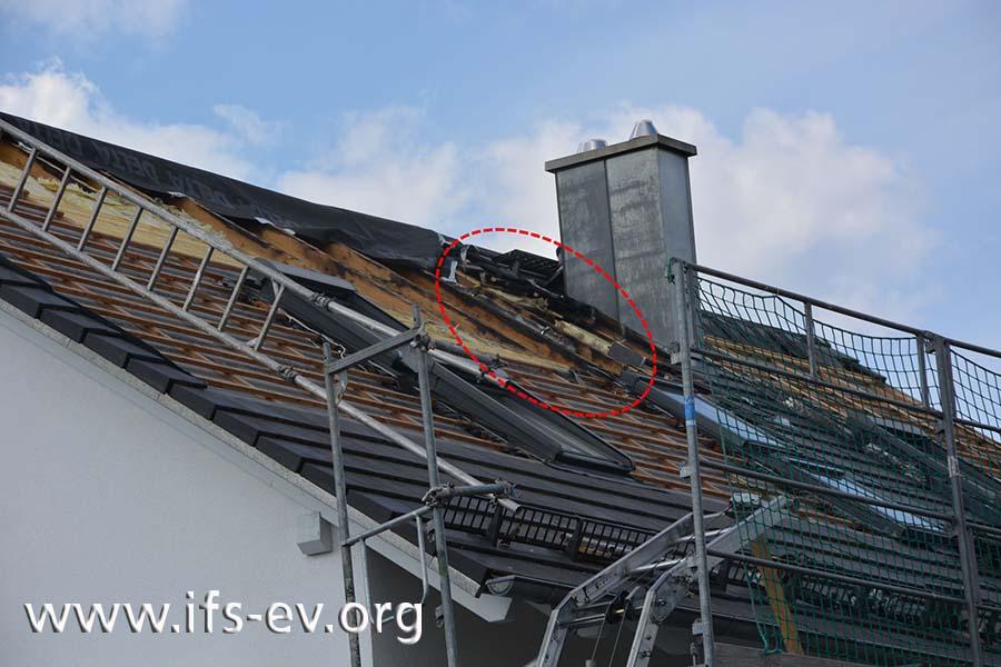 Nachdem die Solarmodule zurückgebaut wurden, sind die Brandzehrungen oberhalb der mittleren Dachfenster zu erkennen.