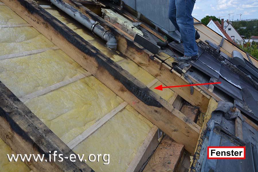 Die räumlich tiefste Brandzehrung befindet sich an einem Balken direkt oberhalb des Dachfensters.