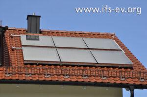 Auf der südlichen Dachseite des Schadenobjektes sind Sonnenkollektoren montiert.