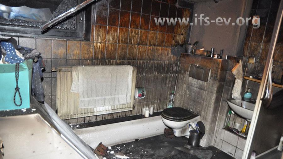 Die Brandschäden durch Ruß und Rauchgaskondensate haben sich auch in das benachbarte Bad….