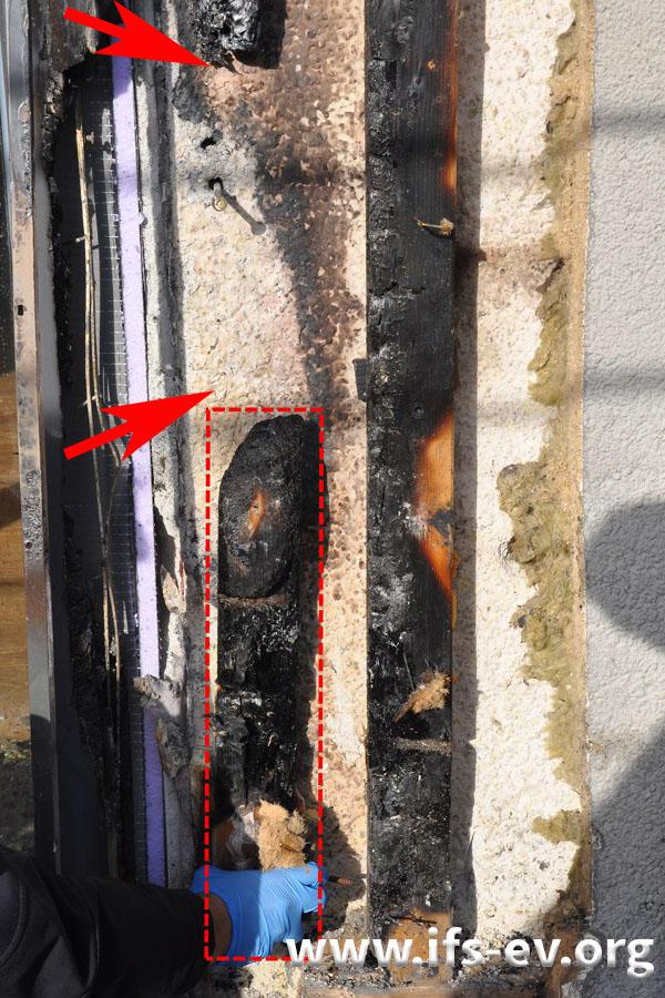 Im Brandschwerpunkt (zwischen den Pfeilen) ist der Holzbalken weggebrannt. Das untere, hier markierte Teilstück lag im Brandschutt.