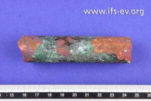 Das Kupferrohrstück ist von außen stark korrodiert.
