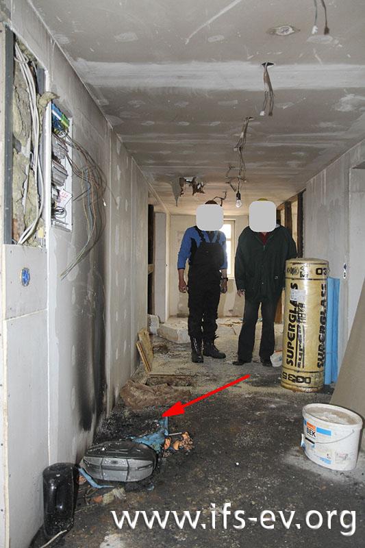 Im Flur des Obergeschosses ist ein Müllsack verbrannt.