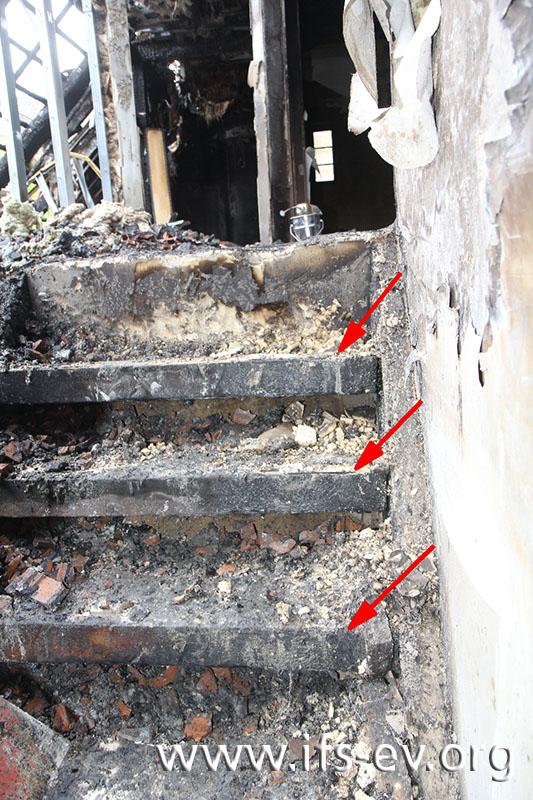 Einbrennungen in Form von Ablaufspuren auf der Treppe