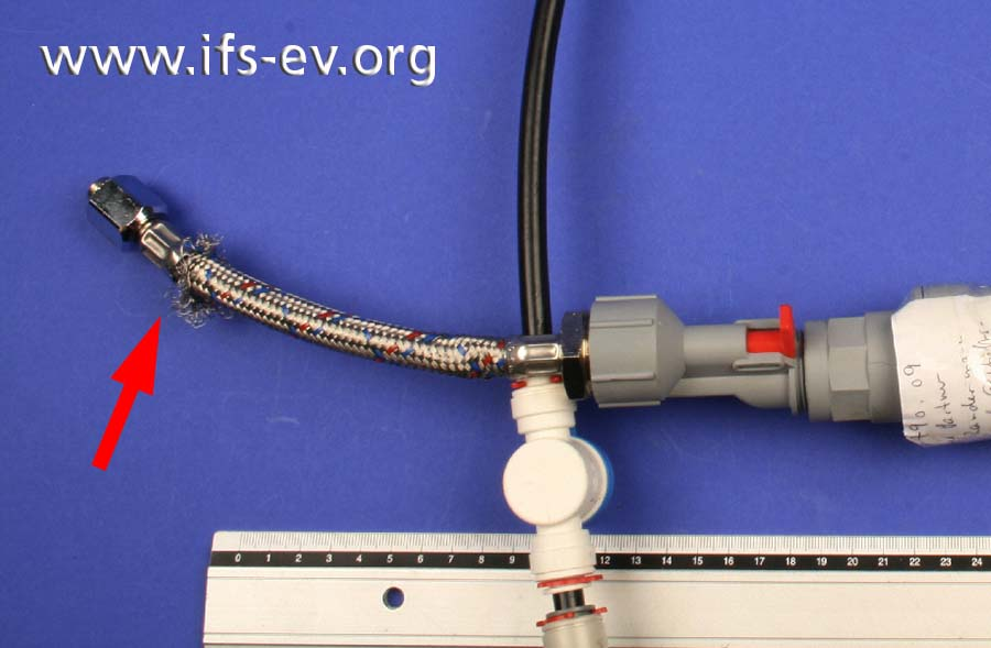 Der Anschlussschlauch wird im Labor untersucht: An der markierten Stelle haben sich die Metalldrähte entflochten.