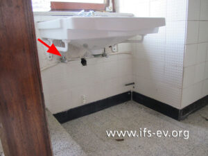 Die Leckagestelle am Warmwasseranschluss unter dem Waschtisch.