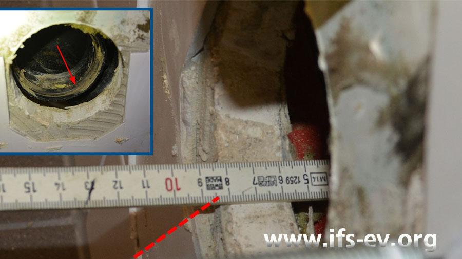 Auf dem kleinen Foto ist die Dichtung am Abflussrohr markiert. Zwischen Fliesenspiegel und Dichtung liegen 8,5 Zentimeter.