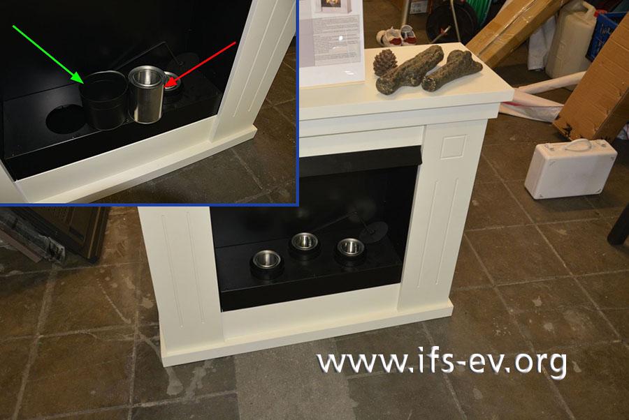 Ein Vergleichsmodell: Zum Einsatz in die Metallbecher (grüner Pfeil) gibt es Brenndosen (roter Pfeil), in die das Brenngel gefüllt werden soll.