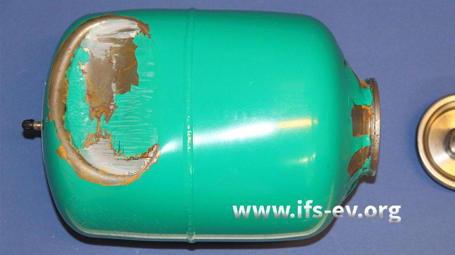 Das Gefäß ist sichtlich verbeult und die Kragenöffnung deformiert.