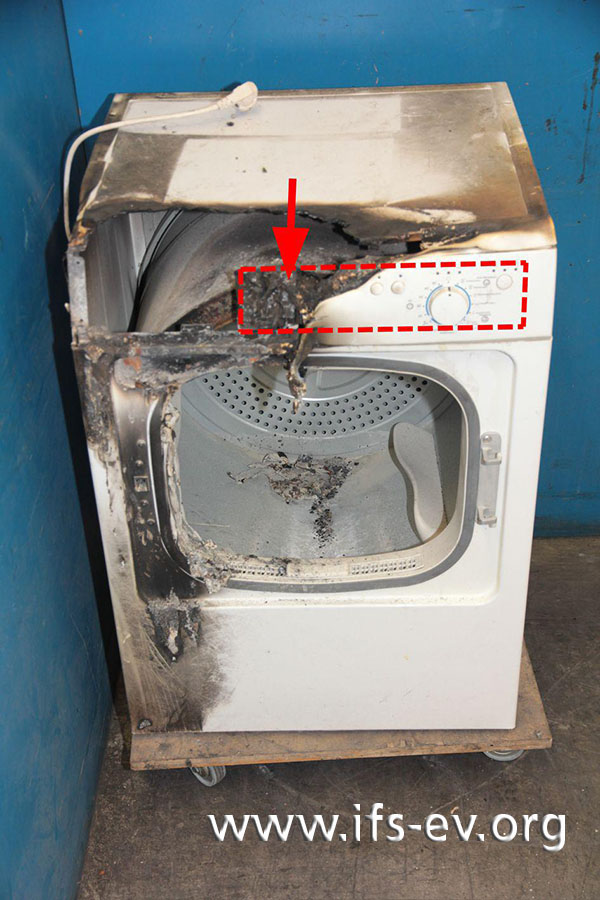 Hinter der zum Teil verbrannten Bedienblende ist die Steuerungsplatine verbaut (Markierung). Der Pfeil deutet auf den Brandschwerpunkt.