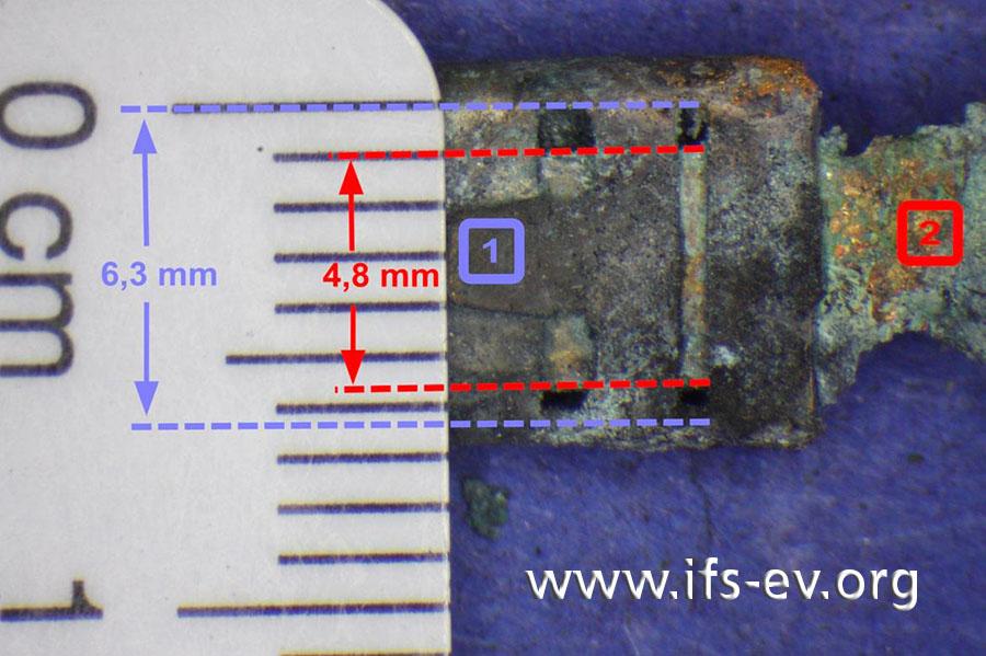 Die relaisseitige Kontaktzunge (2) ist wesentlich schmaler als der kabelbaumseitige Stecker (1). Die Messung ergibt, dass hier ein 6,3 mm Flachstecker (1) auf eine 4,8 mm Kontaktzunge (2) am Relais gesteckt wurde.
