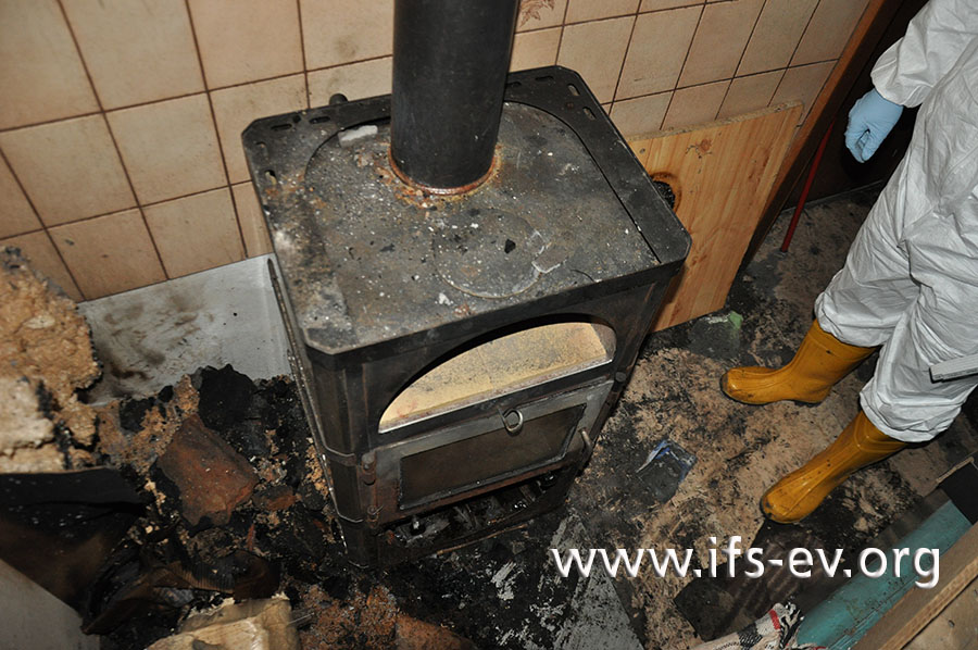 Vom Schwedenofen verläuft das Abgasrohr zunächst senkrecht nach oben und später waagerecht unter der Decke.