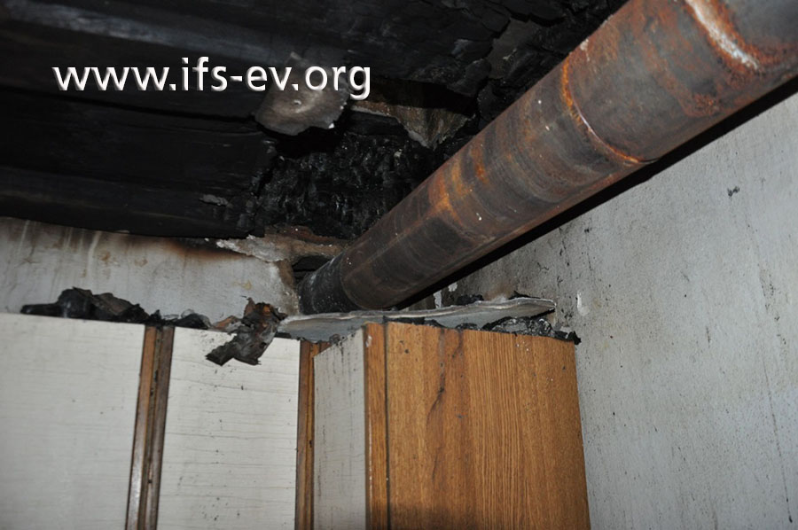 Das Feuer entstand an einem Deckenbalken direkt vor dem Wanddurchbruch in der Küche.