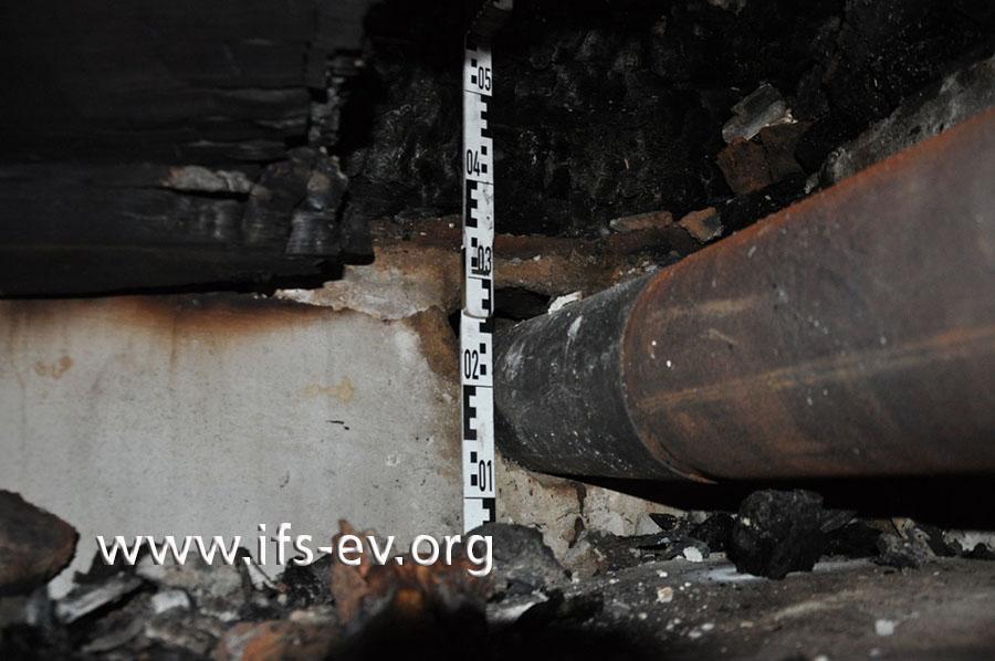 Zwischen dem einwandigen Rohr und dem Holzbalken, der hier bereits weggebrannt ist, war kaum Platz.