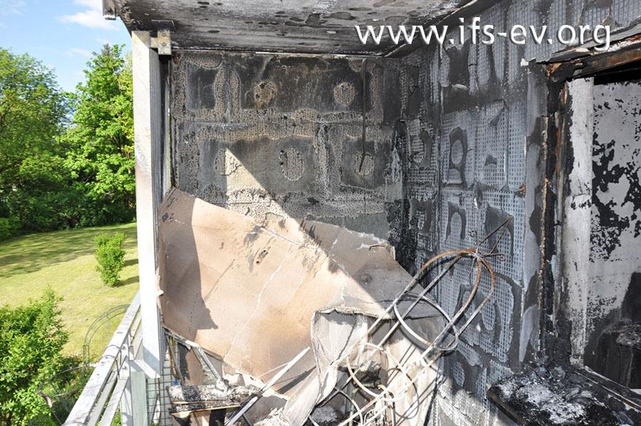 Nach dem Platzen der Fensterscheibe hat sich das Feuer auf den Balkon ausgebreitet.
