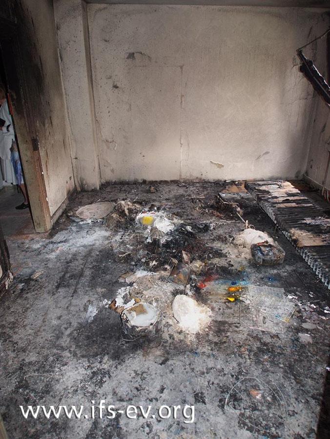 Das Feuer hat sich über den ganzen Raum ausgebreitet.