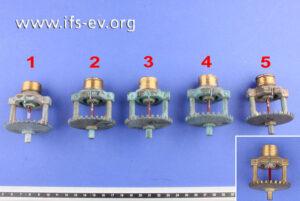 Die fünf Sprinklerköpfe waren im Schadenobjekt installiert. Zum Vergleich erhielt das IFS noch einen neuen aus der Reserve (kleines Bild).