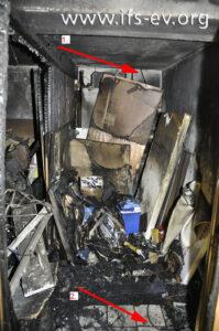 Die Verlängerungsleitung führt von der Deckenöffnung (1) in den vorderen Bereich des Kellerverschlages (2).
