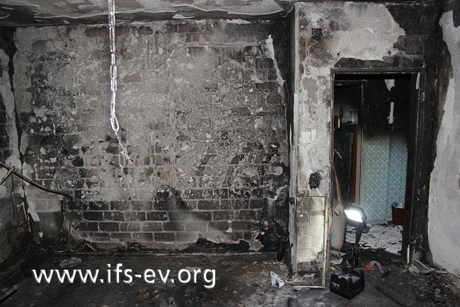 Das ausgebrannte Schlafzimmer: Vor der Wand hatte das Bett gestanden.