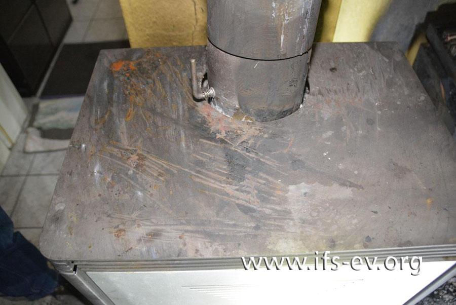 Von der Abdeckplatte wurde mit Mühe etwas entfernt, wie die Kratzspuren zeigen.