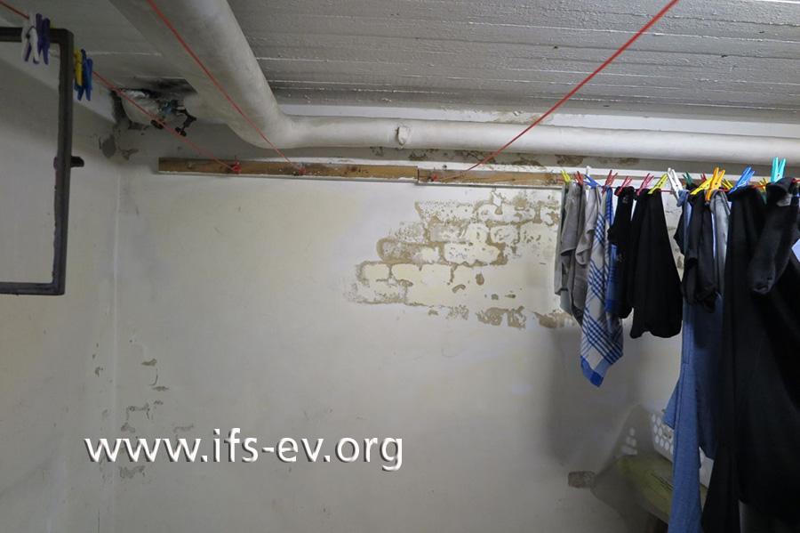 Im Keller hat sich großflächig die Farbe von der Wand gelöst.
