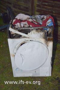Beim Löscheinsatz wurde der Wäschetrockner von der Feuerwehr in den Garten gebracht.