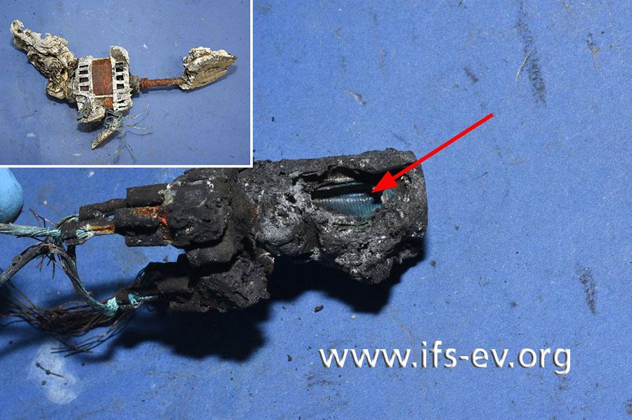 Der Antriebsmotor (kleines Bild) ist stark beschädigt; das große Bild zeigt den aufgeplatzten Motorkondensator.