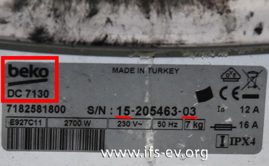 Das Typenschild des Wäschetrockners zeigt unter dem Herstellernamen die Modellbezeichnung. Die Seriennummer verrät außerdem das Produktionsdatum.