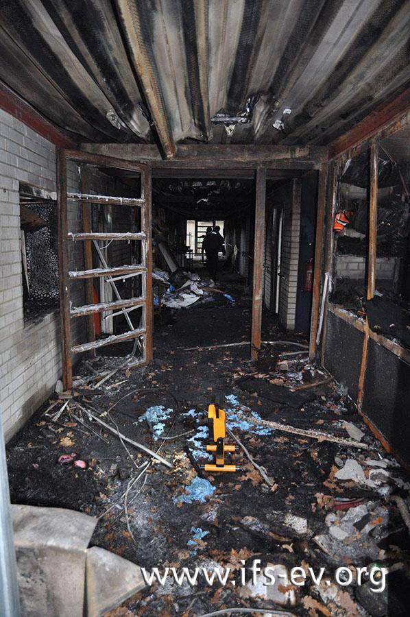 Blick von der Eingangstür in den Brandschwerpunkt im Flur