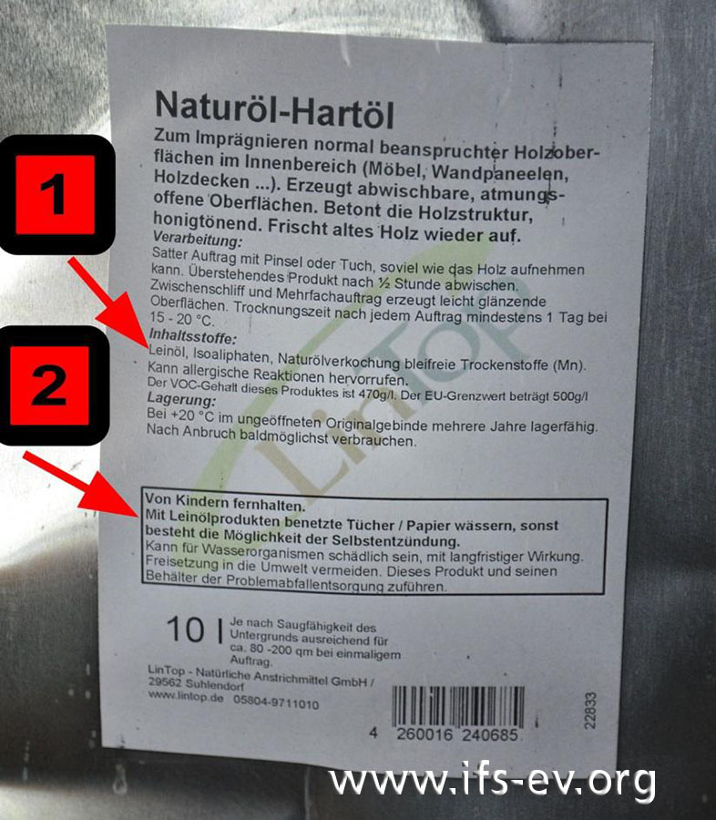 Auf dem Kanister weist der Hersteller auf den Inhaltsstoff Leinöl (1) und auf dessen Neigung zur Selbstentzündung (2) hin.