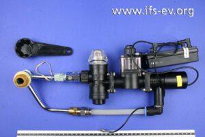 Der Druckspüler samt Kunststoffschlüssel zum Festziehen der Verschraubung.