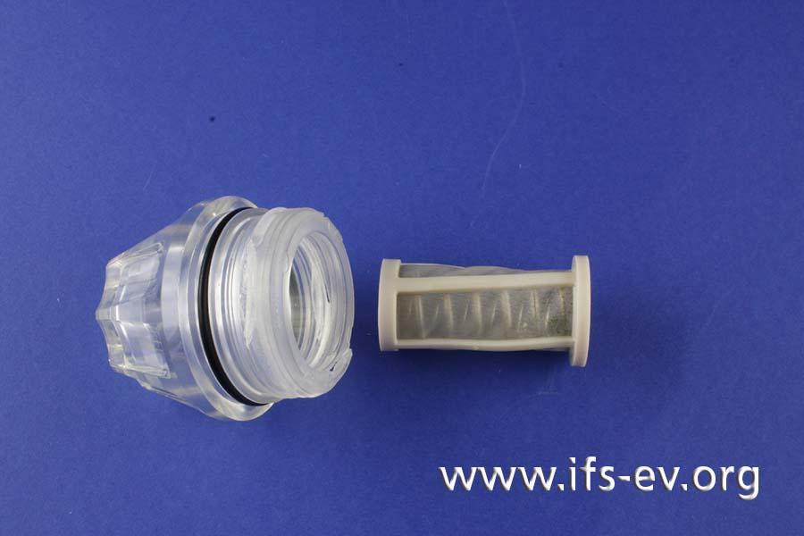 Der Plexiglasdeckel fixiert ein Filtersieb mit einer Stahlfeder.